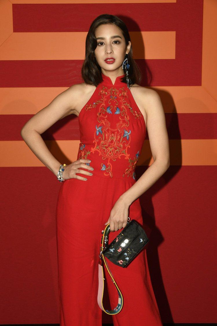 莫允雯穿著大紅色刺繡連身褲裝,肚兜設計十分性感。圖/夏姿提供