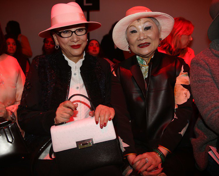 湯臣集團董事長徐楓(左)、聯合報發行人王效蘭出席夏姿巴黎秀。圖/夏姿提供