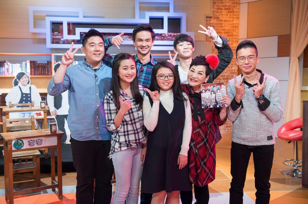 張小燕(右二)與小學生智囊團。圖/TVBS提供