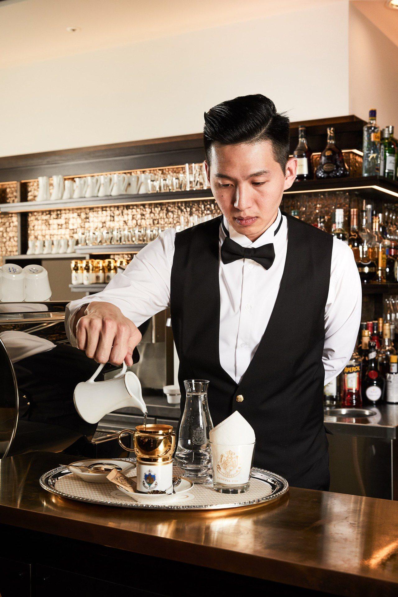 服務生示範古銅濾杯咖啡。圖/福里安花神提供
