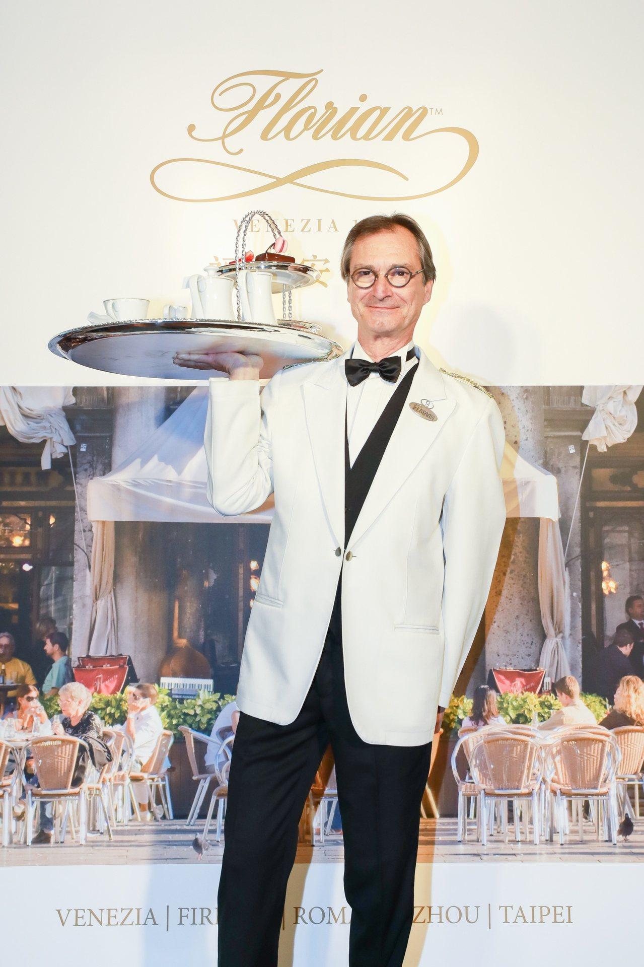 威尼斯本店服務員示範銀製托盤服務。圖/福里安花神提供