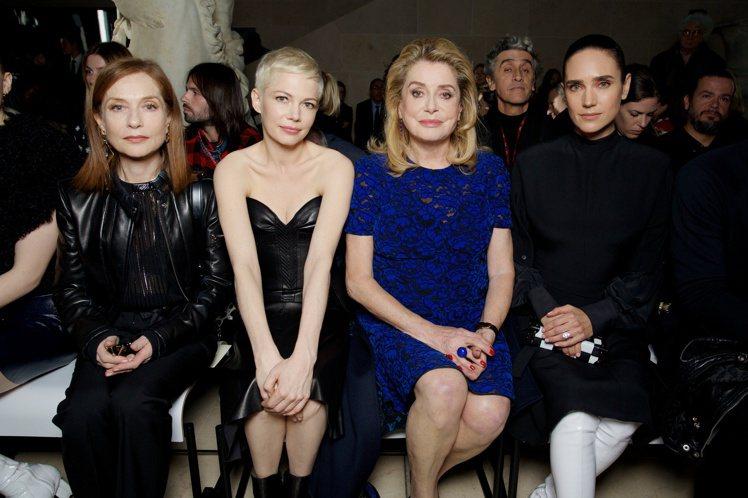 (左起)伊莎貝雨蓓、蜜雪兒威廉斯、凱瑟琳丹妮芙、珍妮佛康娜莉同框,是氣場無比強大...