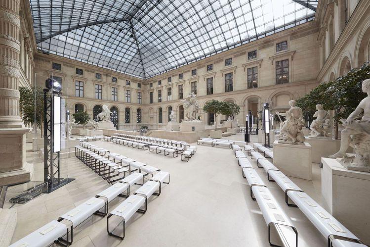路易威登於羅浮宮內的馬利中庭舉辦2017秋冬女裝大秀。圖/LV提供