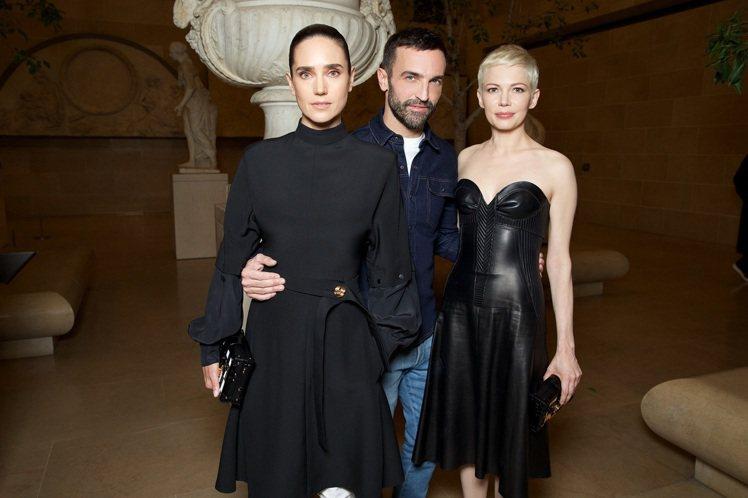 (左起)珍妮佛康娜莉、女裝藝術總監Nicolas Ghesquiere和蜜雪兒威...