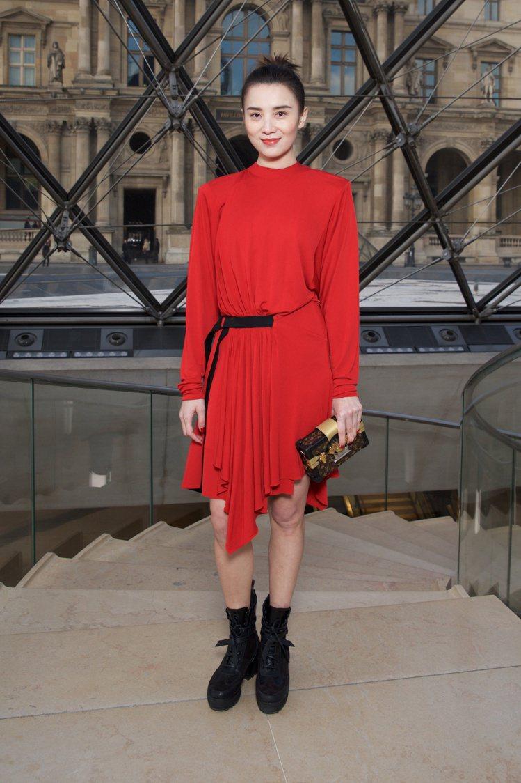 大陸演員宋佳穿著春夏紅色連身裙搭配帥氣黑色短靴亮相。圖/LV提供