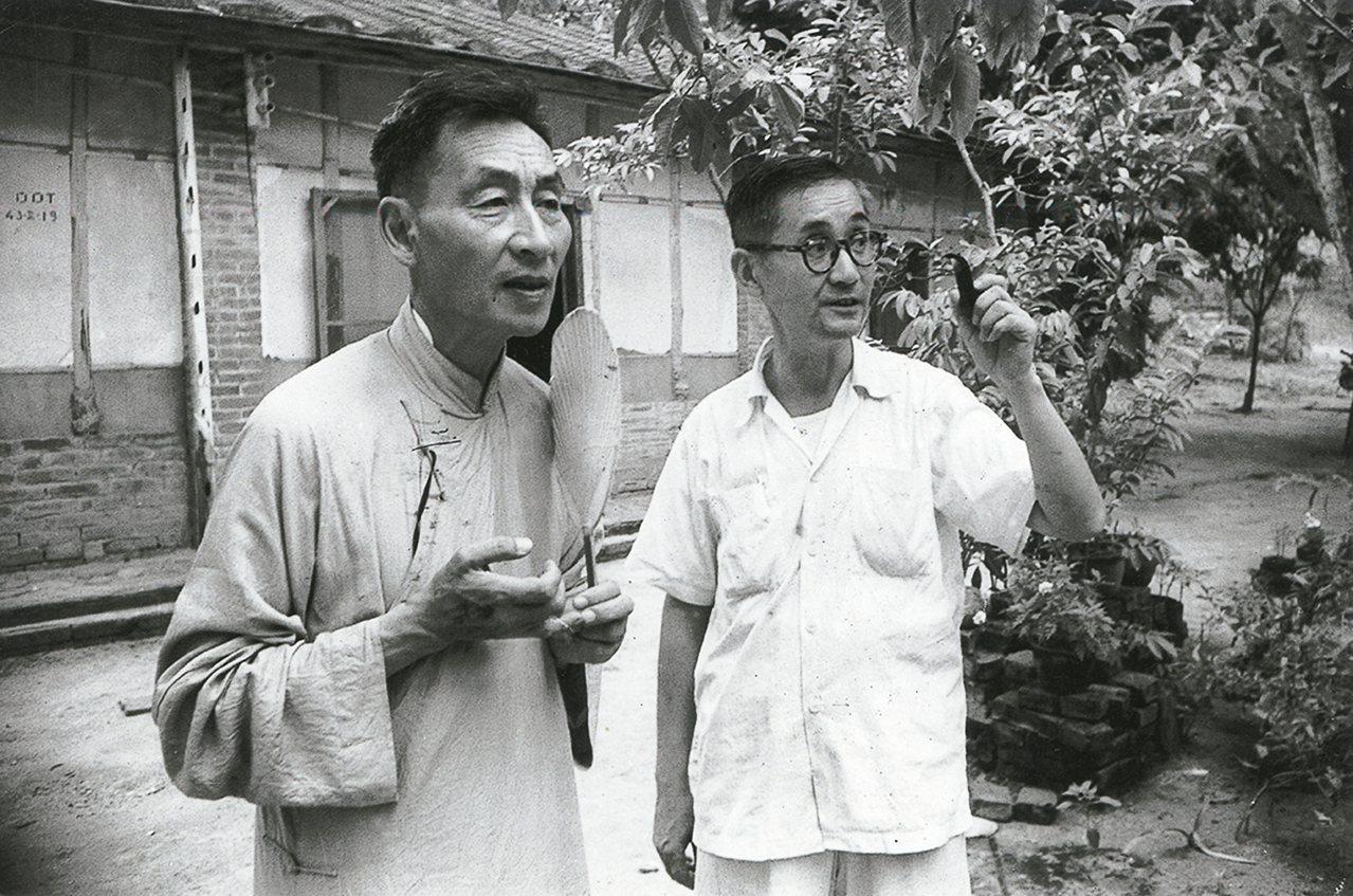 六○年代,攝影家郎靜山(左)與書法家莊嚴在莊家門口合影 。 圖/莊靈攝影
