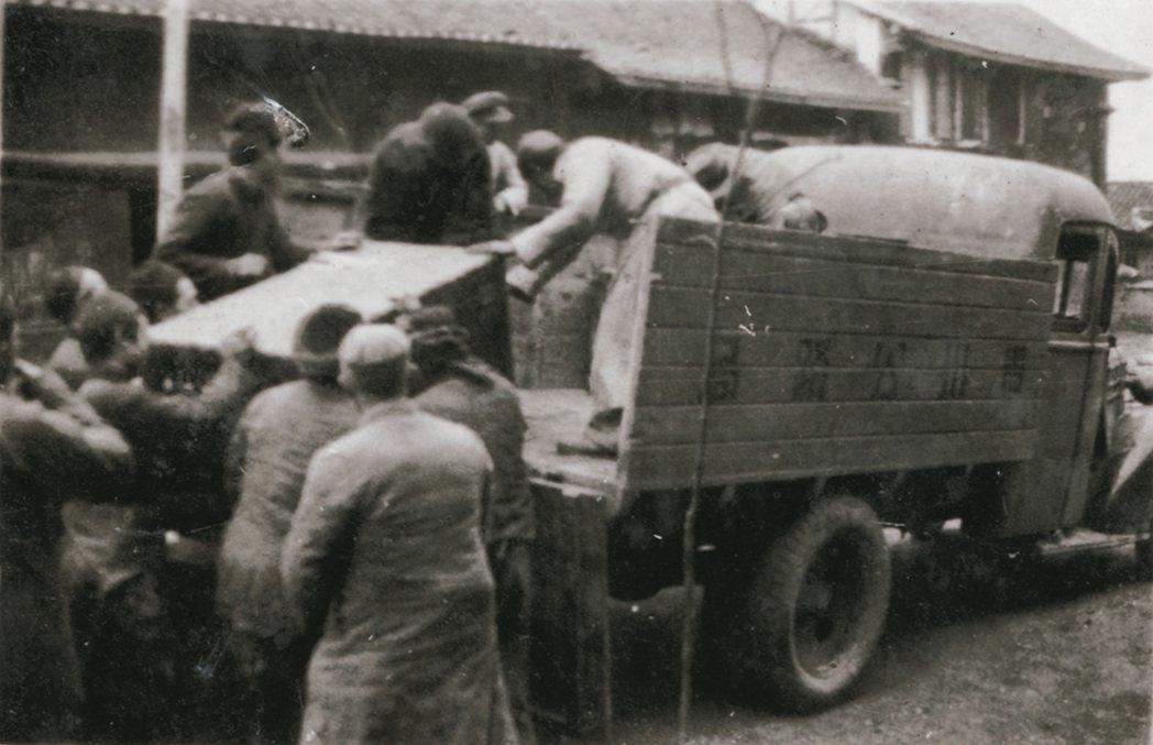 故宮因抗戰第一批南遷文物初到貴州時,以卡車輸運的情形。 圖/莊靈提供
