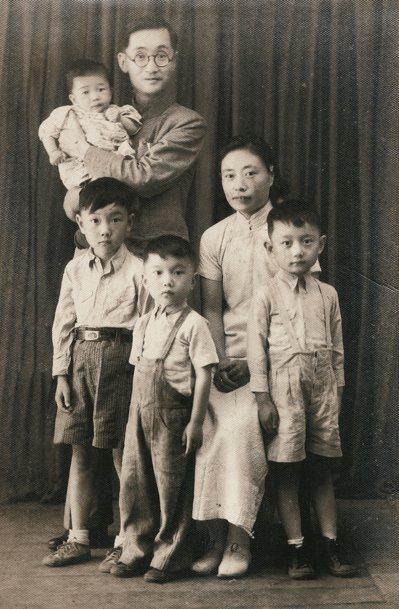 1939年作者出生後的全家福。 圖/莊靈提供
