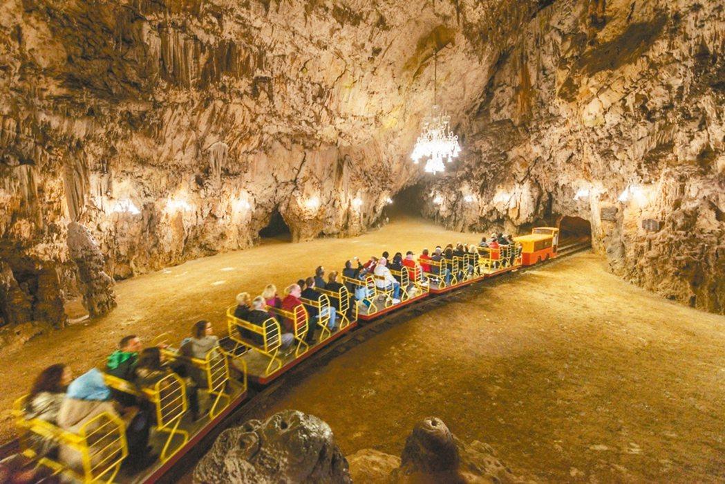 歐洲最大的鐘乳石洞穴玻斯托那,需搭小火車入內。 圖/斯洛維尼亞旅遊局提供