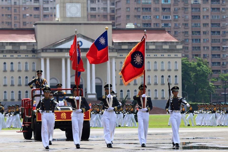 軍校招生日益困難,不就是因為領導軍人的最高統帥,放任政府與政黨,踐踏軍人尊嚴,所...