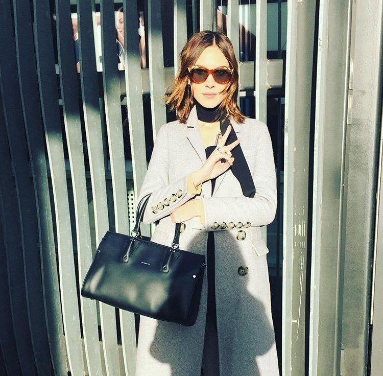 倫敦名媛Alexa Chung拎黑色Paris Premier包,72,300元...