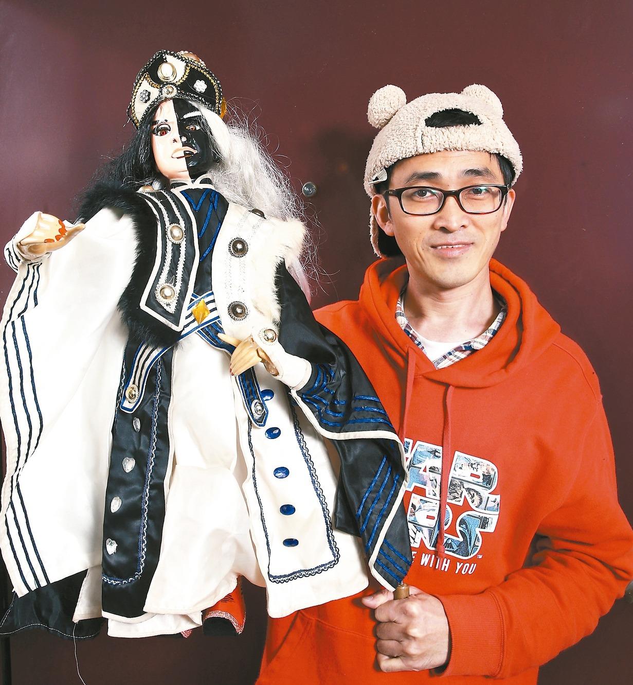 因為這尊朋友送的黑白郎君戲偶,讓邱豐榮開始收藏戲偶,進而投入布袋戲的演出。 記者...
