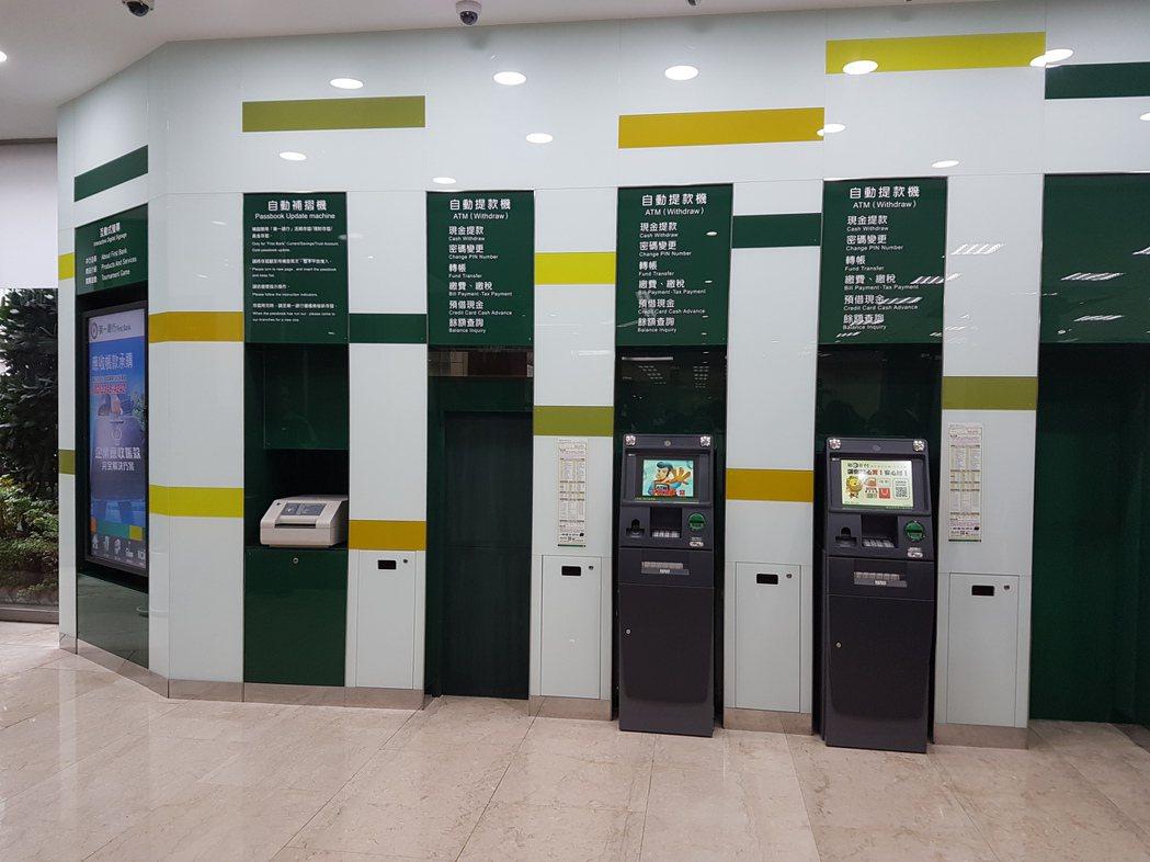 第一銀行數位分行內各項自動化設備。 記者孫中英/攝影