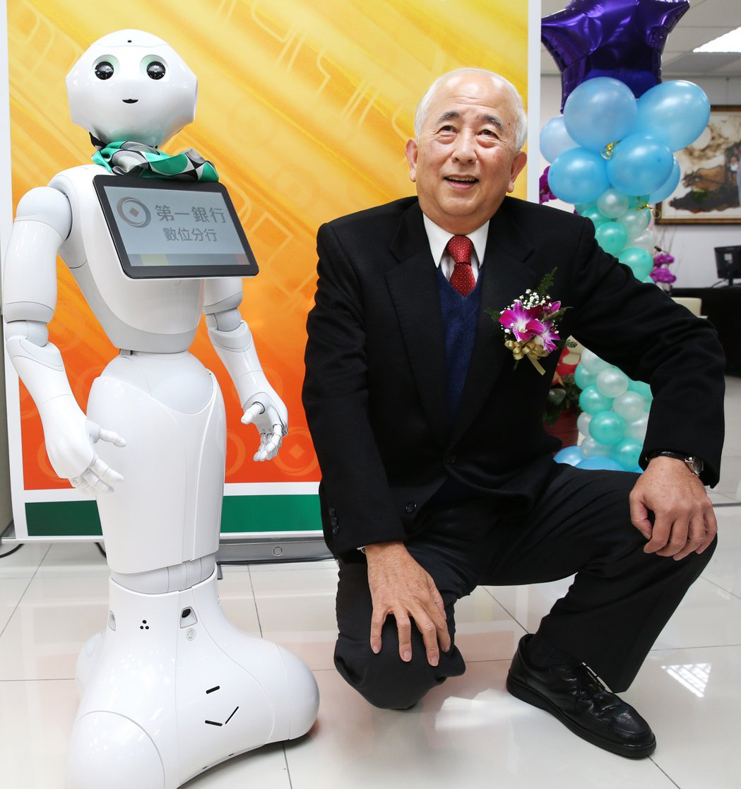 第一銀行打造永春數位分行,一銀董事長蔡慶年現場與人工智能機器人Pepper互動。...