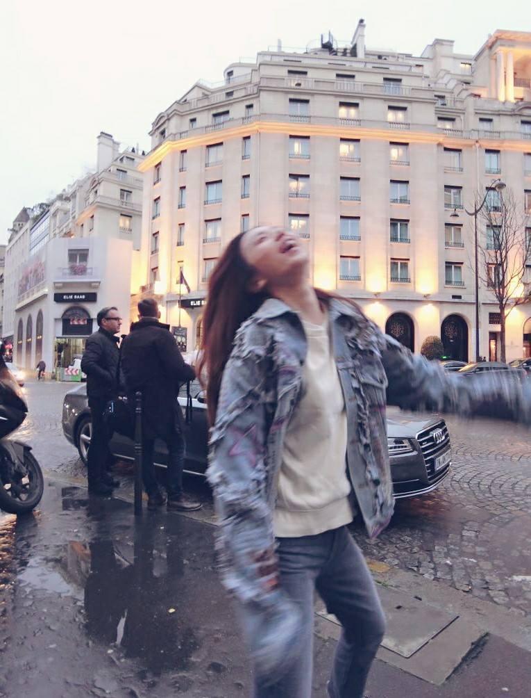 Hebe田馥甄在巴黎街頭,展露本性。 圖/擷自田馥甄臉書