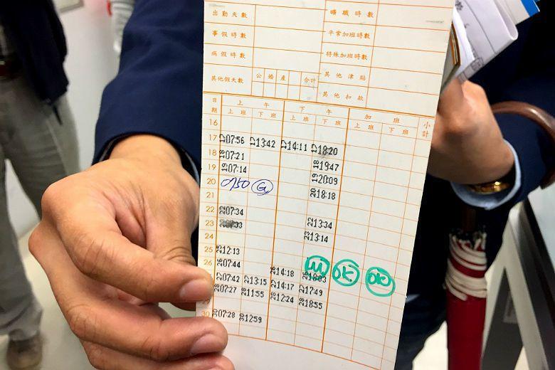 實習單位提出學生打卡紀錄,強調並未讓學生超時工作;只是學生表示打卡紀錄為老闆代打...