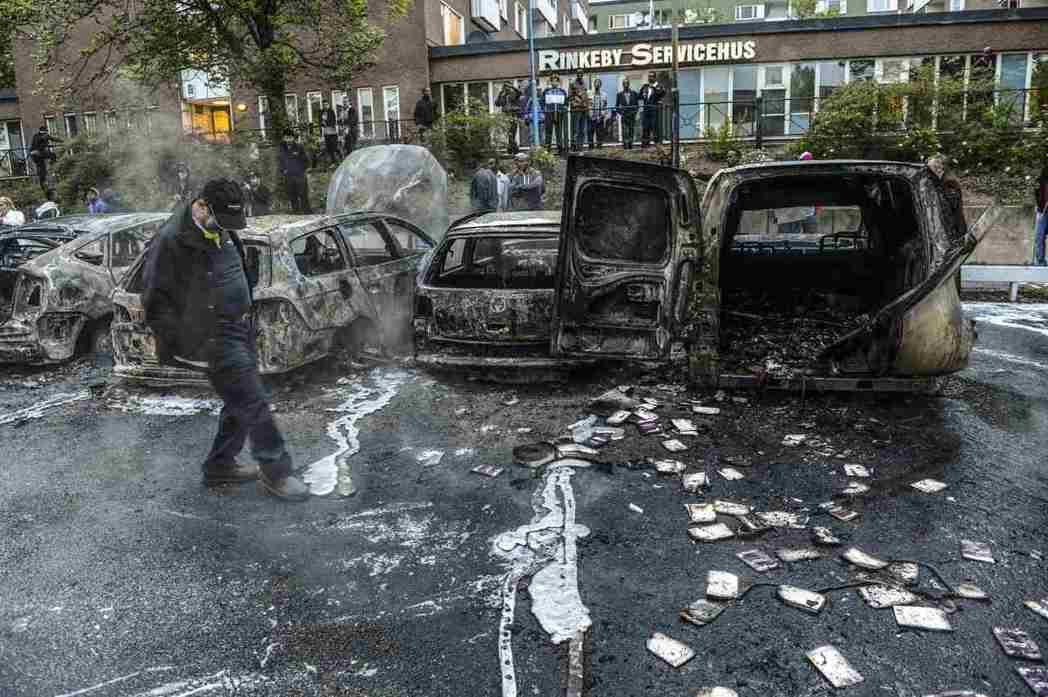 川普發表演說兩天後,移民聚集的斯德哥爾摩市郊Rinkeby 發生了暴動。 圖...