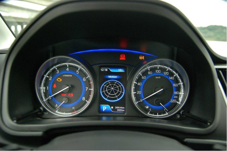 儀表板中央的 4.2 吋全彩螢幕可顯示平均油耗、G-Force/G 力顯示、煞車...