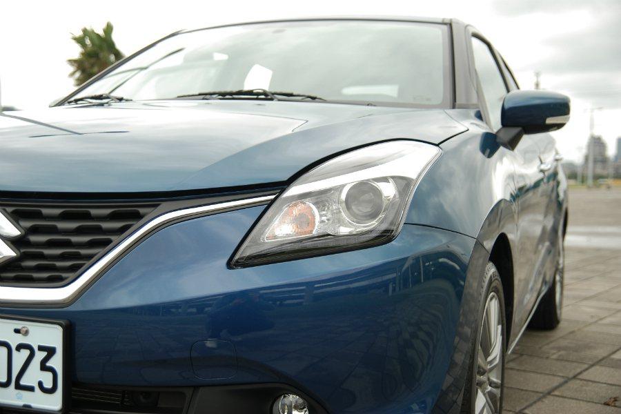 Suzuki Baleno 採用 HID 光感應頭燈、LED 日行燈,在此級距車...