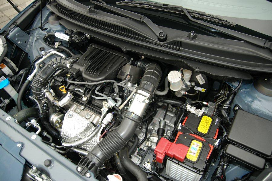在搭載三缸渦輪直噴引擎後,可看到 Suzuki Baleno 的引擎室空間仍有餘...