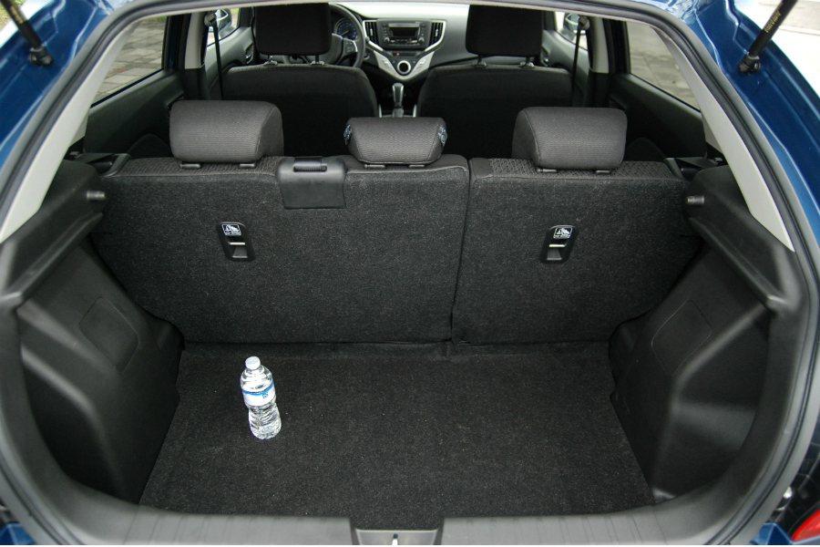 Suzuki Baleno 在後座未傾倒的狀況下具有 355L 的置物空間。 記...