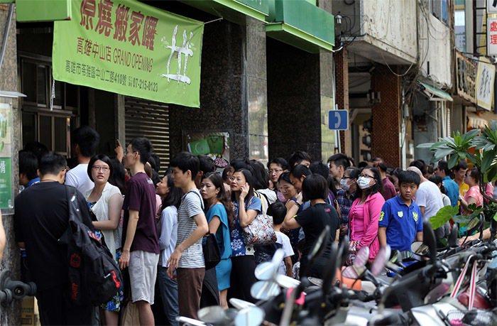 「原燒」餐廳昨天在全省推出「買一送一」的優惠活動,吸引大批民眾排隊,但因人潮太多...