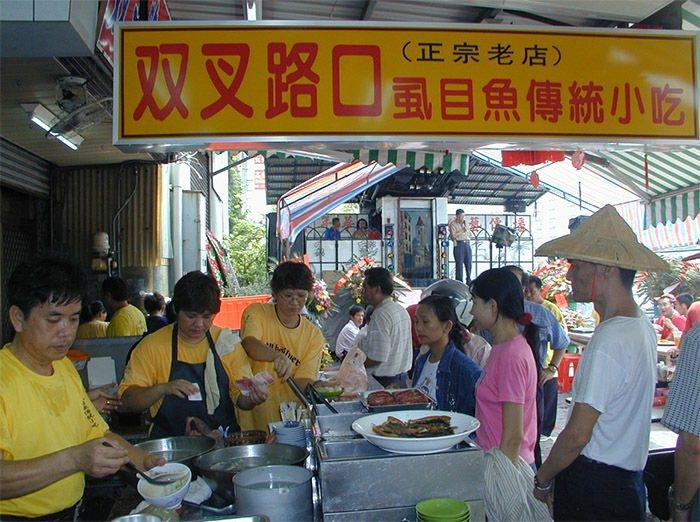 台南市虱目魚店周年慶買一送一吸引排隊。 圖片來源/聯合報系