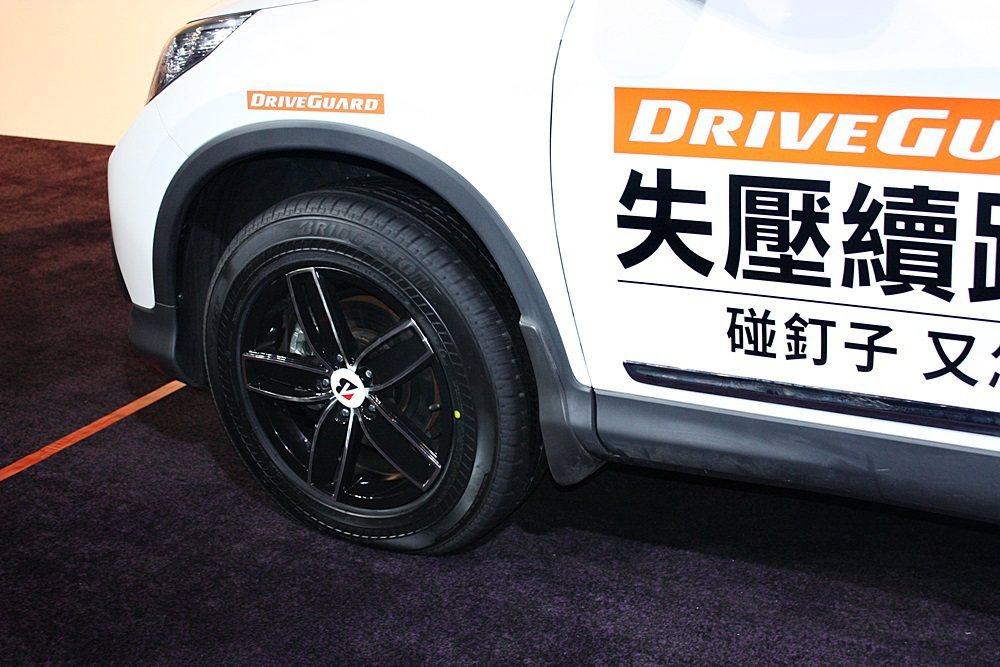 遭刺穿的DRIVEGUARD失壓續跑胎,仍可行駛。 記者林和謙/攝影