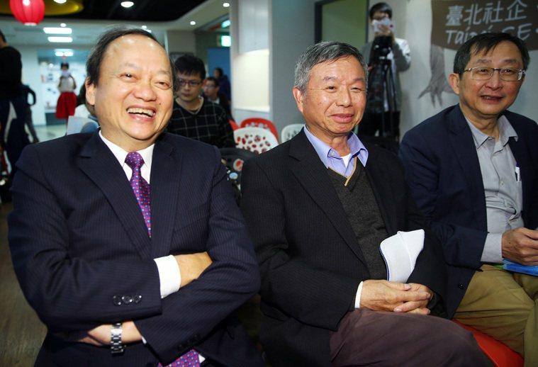 前衛生署長葉金川(左)昨天舉行新書分享會。包括楊志良(中)、張鴻仁(右)等好友均...
