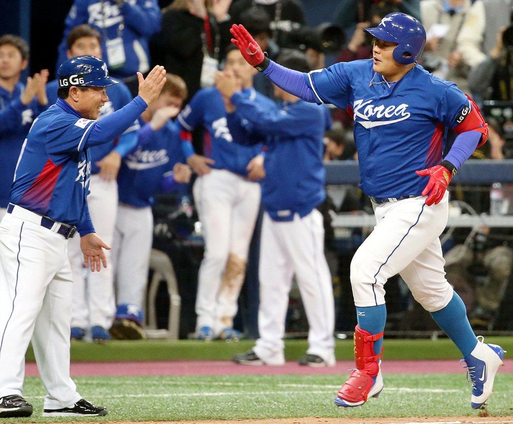 10局上,南韓隊代打金泰均(右)擊出左外野2分全壘打。 特派記者侯永全/攝影