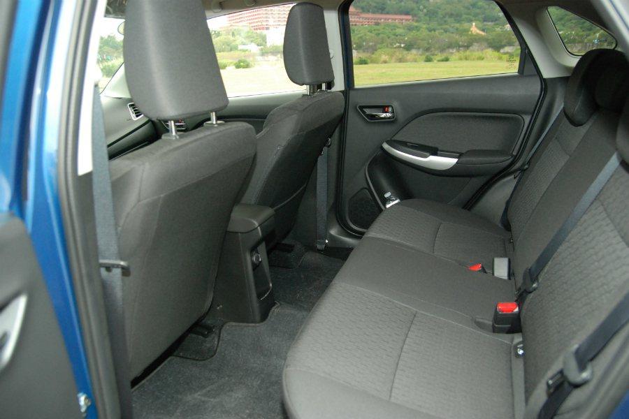 後座採三座獨立頭枕、三點式安全帶,並提供12V 點菸插座。 記者林鼎智/攝影