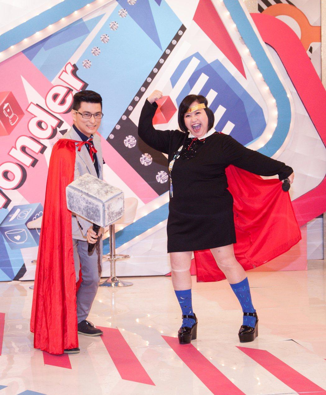 鍾欣凌(右)和小兒科醫生黃瑽寧搭檔主持東森超視「媽媽好神」。圖/東森提供