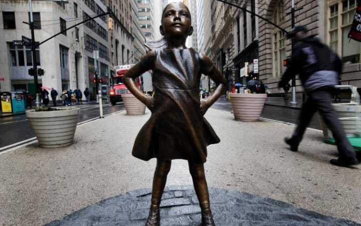 「無畏女孩」雕像將雙手插在腰間、下巴抬得高高的,眼神堅毅的看著前方的金牛。歐新社