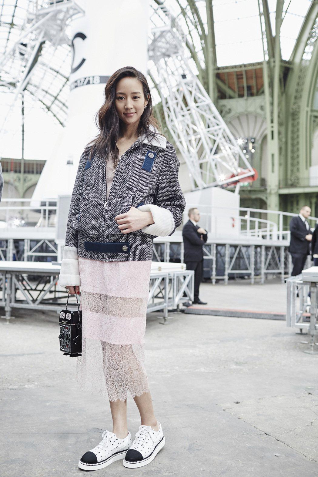 張鈞甯穿著香奈兒2017春夏系列的黑白與深藍魔鬼氈拉鍊外套,內搭粉紅色縐綢蕾絲裙