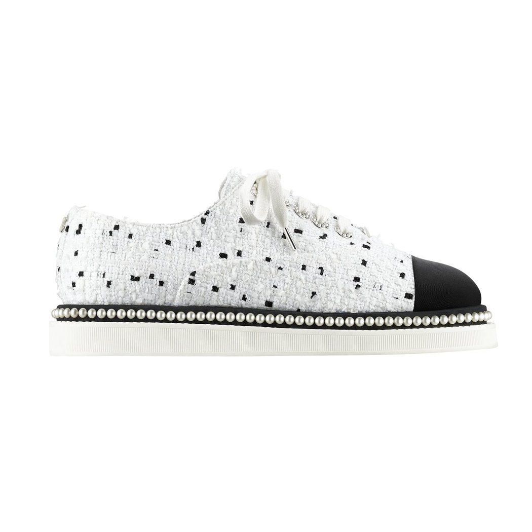 張鈞甯穿的黑白斜紋軟呢緞面珍珠鑲邊綁帶鞋,38,800元。圖/香奈兒提供
