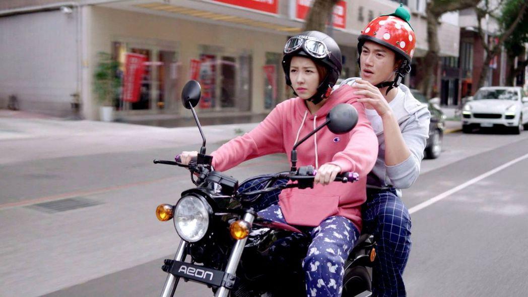 吳慷仁(右)和邵雨薇在戲中頻鬥嘴。圖/三立提供