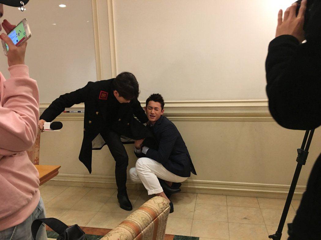 小樂吳思賢和吳慷仁(右)接受「噓!新聞」專訪時重演抱大腿橋段。圖/吳思賢提供