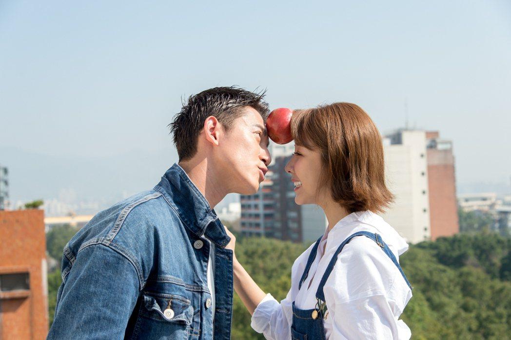 吳慷仁(左)和邵雨薇在戲中頻鬥嘴,感情加溫。圖/三立提供