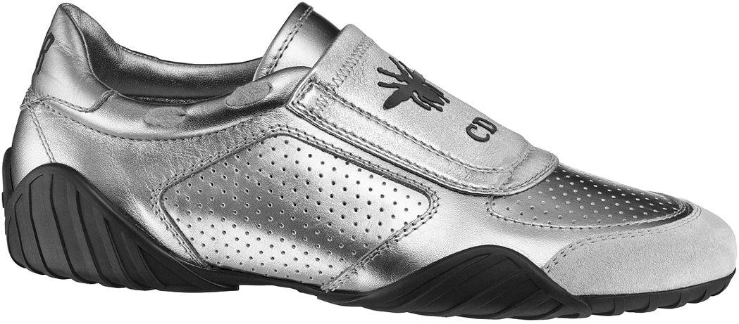孔曉振款太空銀色小牛皮透氣孔洞與小蜜蜂圖騰球鞋,售價34,000元。圖/Dior...