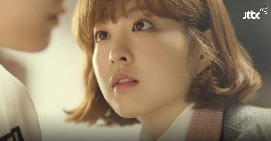 朴寶英在「大力女子都奉順」中的淡粉色美唇電暈男主角。圖/翻攝自JTBC官網