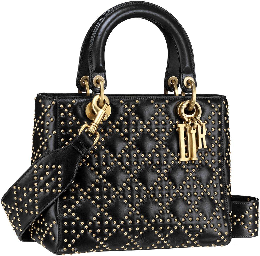 Lady Dior經典黑色小牛皮鉚釘綴飾籐格紋中型款提包,售價160,000元。...