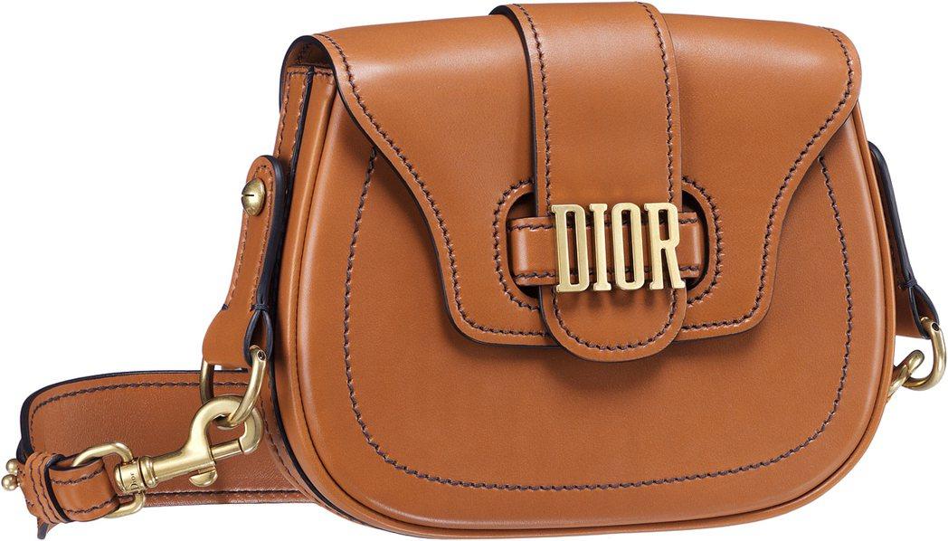 D Fence焦糖褐色小牛皮中型款馬鞍包,售價94,000元。圖/Dior提供