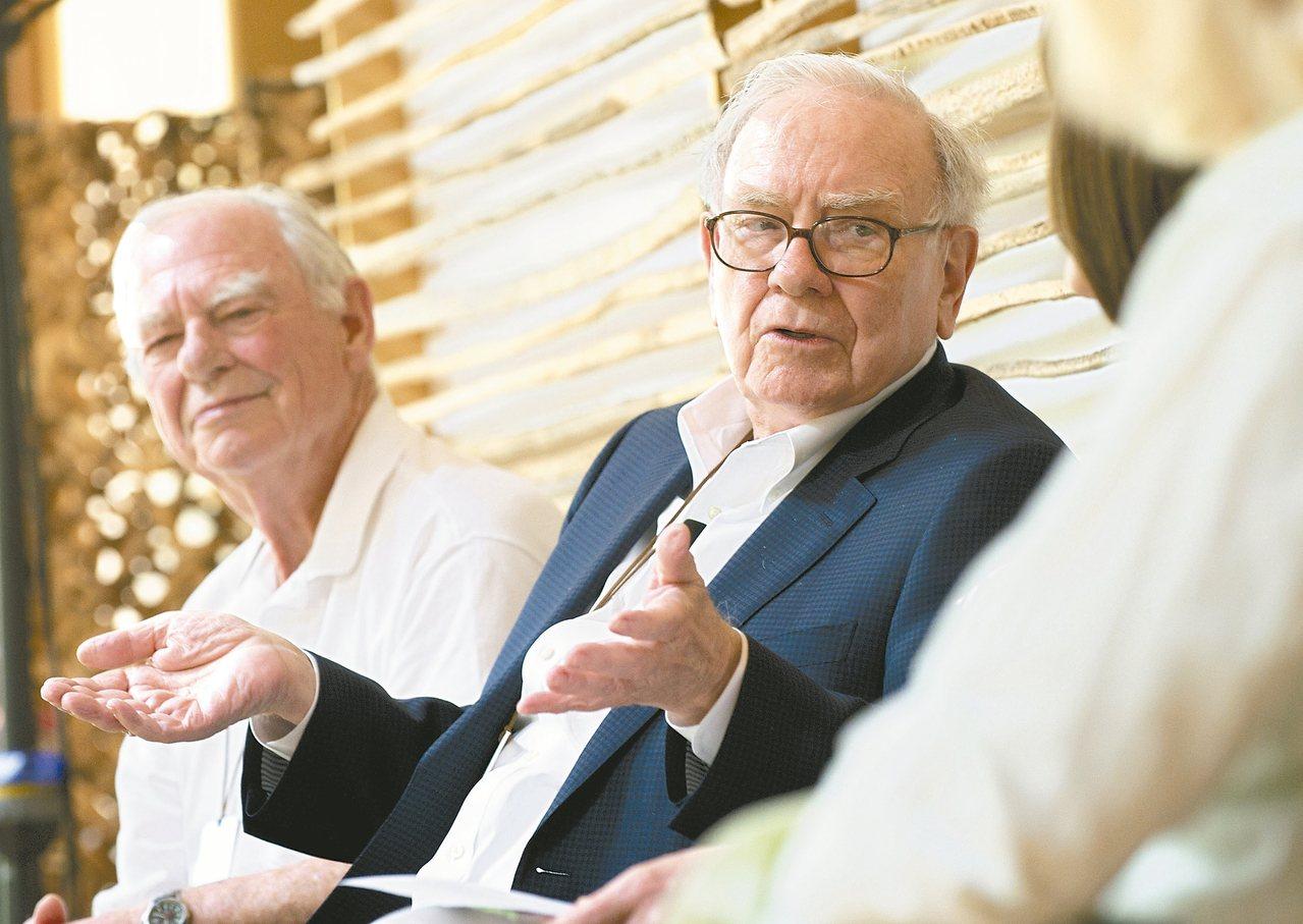 巴菲特(右)邀請億萬富豪響應「贈與誓言」。 美聯社