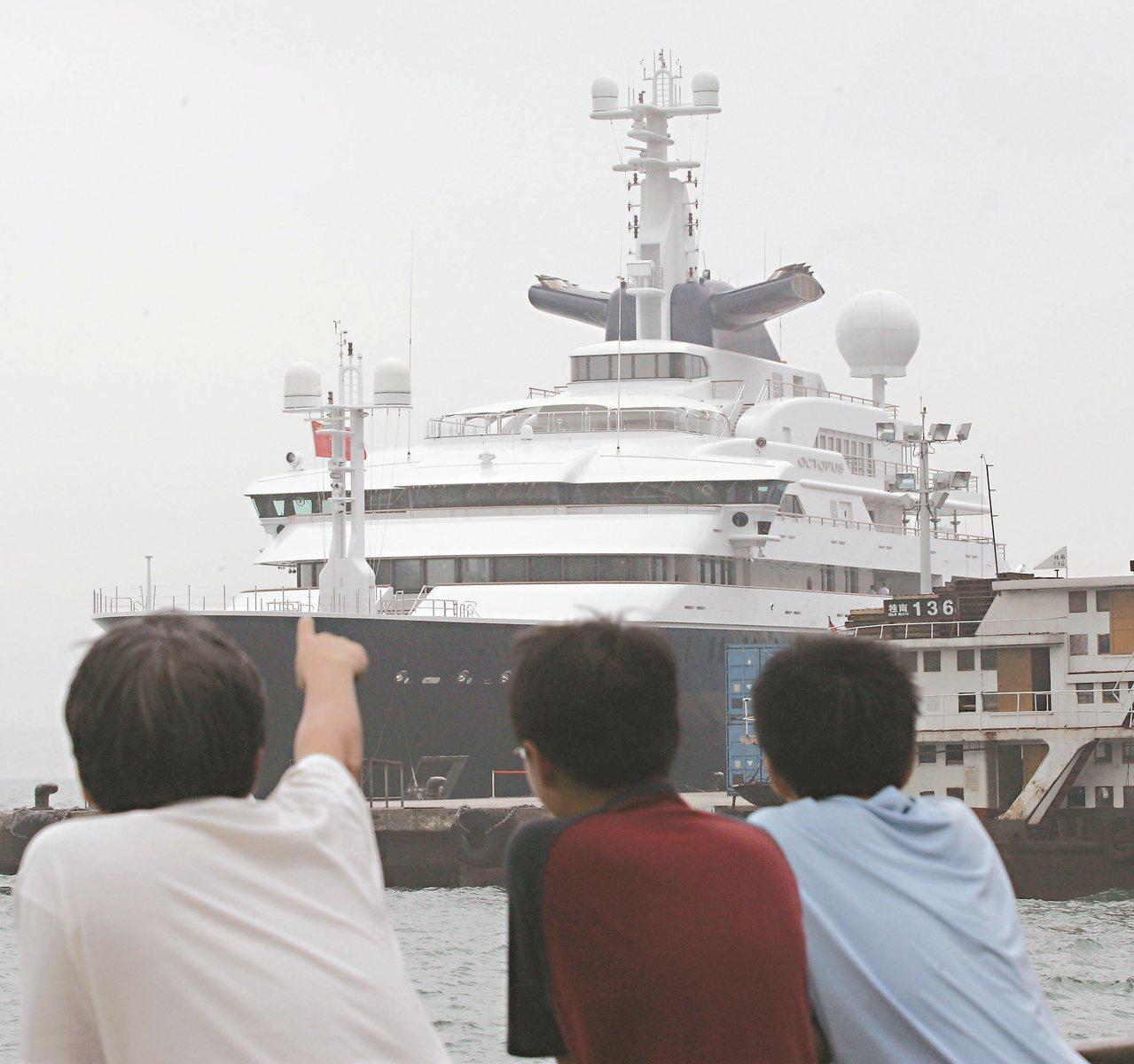 微軟創辦人艾倫價值約台幣77億元的超級遊艇「章魚號」停靠在香港。 (法新社)