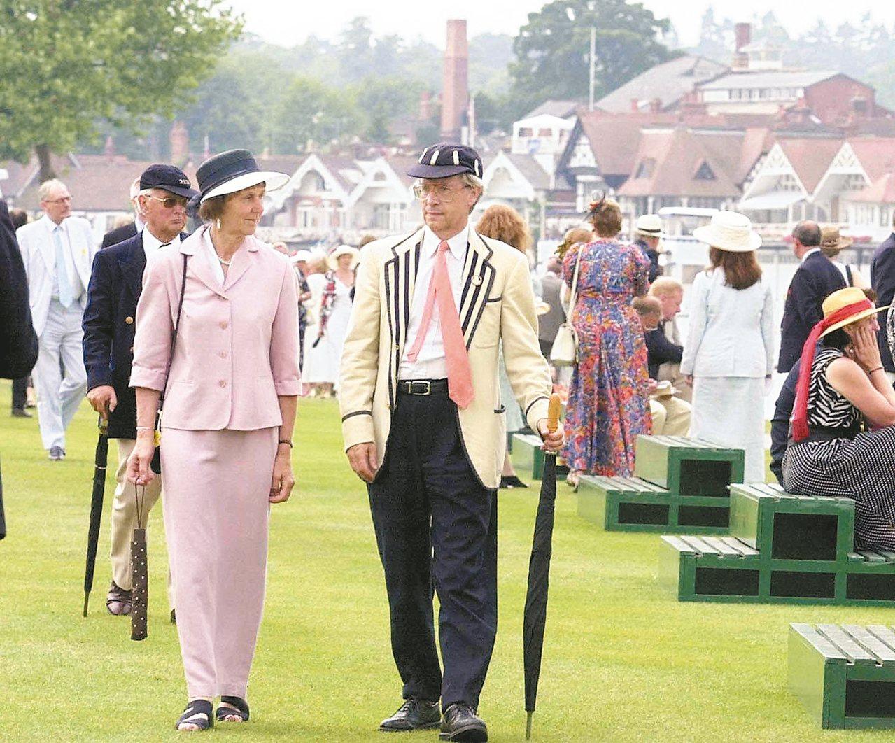 亨利皇家賽舟會是英國重要的社交活動,應邀觀看比賽的賓客必須按照長期以來的傳統盛裝...
