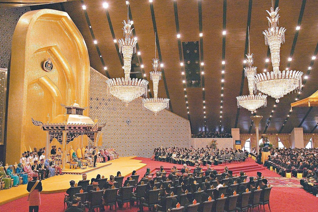 汶萊蘇丹哈山納波嘉的「信仰之光王宮」大殿恢宏氣派。 美聯社