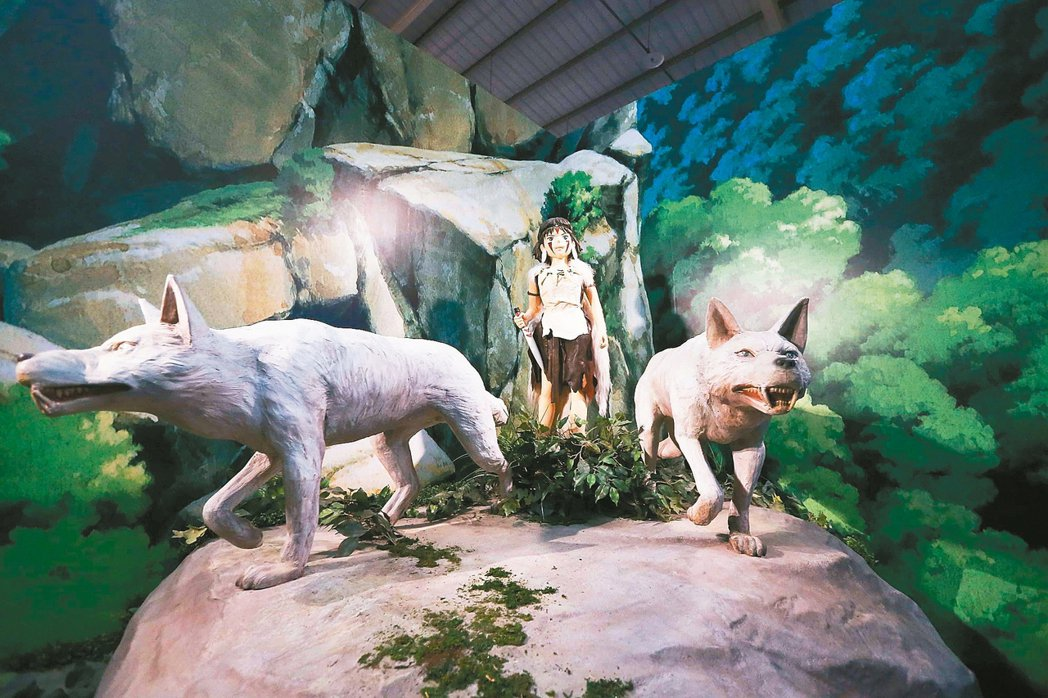 「吉卜力的動畫世界」特展展出《魔法公主》女主角小桑及山犬的公仔。 圖/聯合報系提...