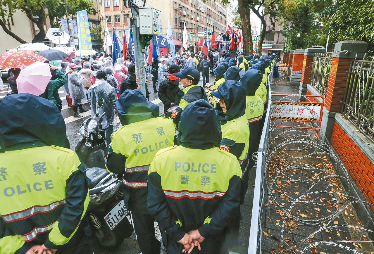 為防範抗議行動失控,立法院今天上午加派警力,把鎮江街封街,拿出鐵柵欄與刀片蛇籠,...