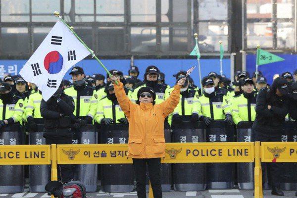 韓反彈劾示威造成死傷 警逮鄭姓嫌犯