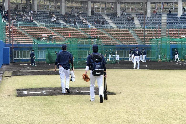 能想像與拎著球棒的山田哲人不期而遇嗎?去浦添市民球場看養樂多春訓,就會發生。 圖/作者自攝